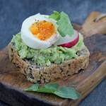 Kanapka na ciepło z awokado, jajkiem i rzodkiewką