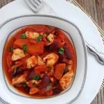 Pierś z kurczaka w sosie pomidorowo-marchewkowym