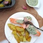 Pieczony łosoś z sosem bazyliowym i ziemniakami