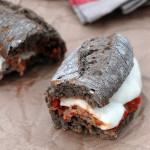 Kanapka na gorąco z klopsikami i mozzarellą