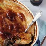 Gulasz z guinnessem i serem pod ciastem francuskim wg Jamiego Olivera