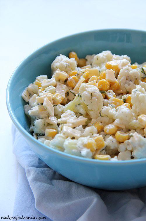 Sałatka z kalafiorem, kukurydzą i żółtym serem