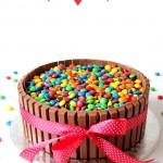 Tort z wafelkami KitKat i drażetkami M&M's