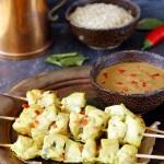 Szaszłyki satay z kurczaka z ostrym sosem na bazie masła orzechowego
