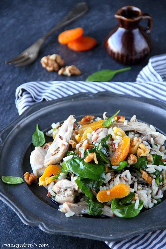 Sałatka z kurczakiem, ryżem i suszonymi morelami