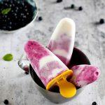 Lody jogurtowe z jagodami na patyku