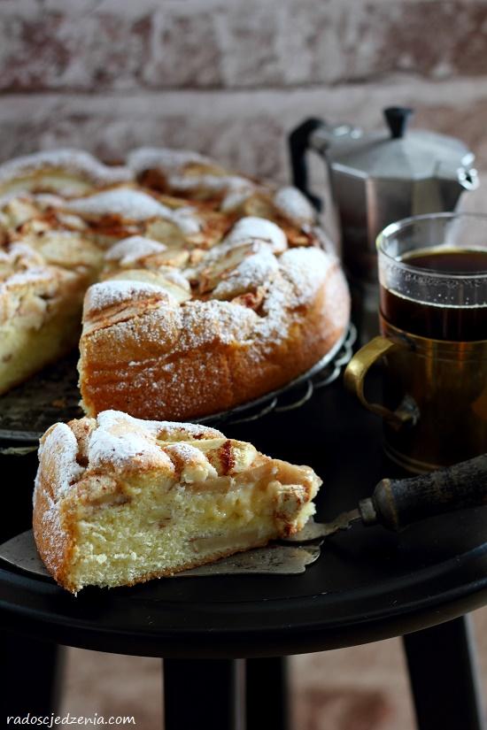Puszyste ciasto biszkoptowe z jabłkami