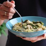 Makaron z zielonymi szparagami i kurczakiem w sosie śmietanowym z gorgonzolą