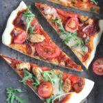 Pizza z indykiem, mozzarellą i rukolą