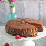 Sernik czekoladowy z malinami i solonym karmelem